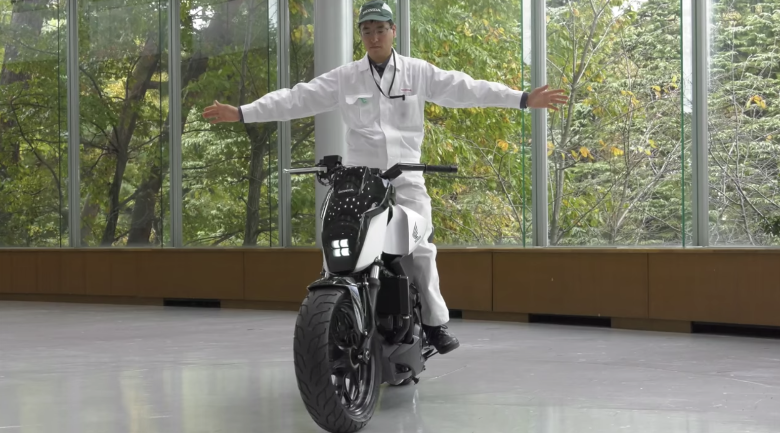 Interesting Engineering: How Does This Motorcycle Stay Upright Without a Gyroscope?