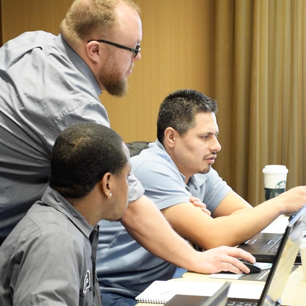 Swoosh Application Engineer helps an NX University Attendee